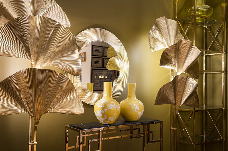 В качестве главного акцента в гостиной выступают уникальные деревья с кроной в виде золотого веера, выполненные из металла