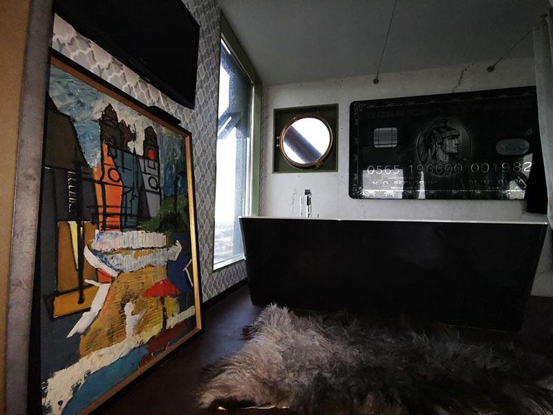 В ванной комнате висит картина в виде кредитной карты, а также имеется зеркало в нише и гигантская картина с видом Амстердама. Современные детали перемежаются с диковинными, вроде шкуры животного на полу