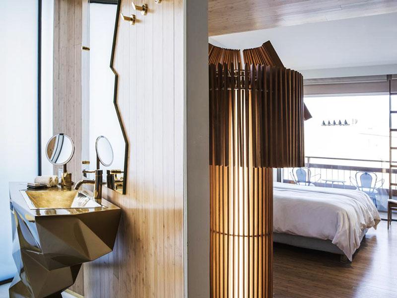 В каждом номере New Hotel встречаются зеркала с зигзагообразными краями и фигурные раковины, а также необычные деревянные светильники