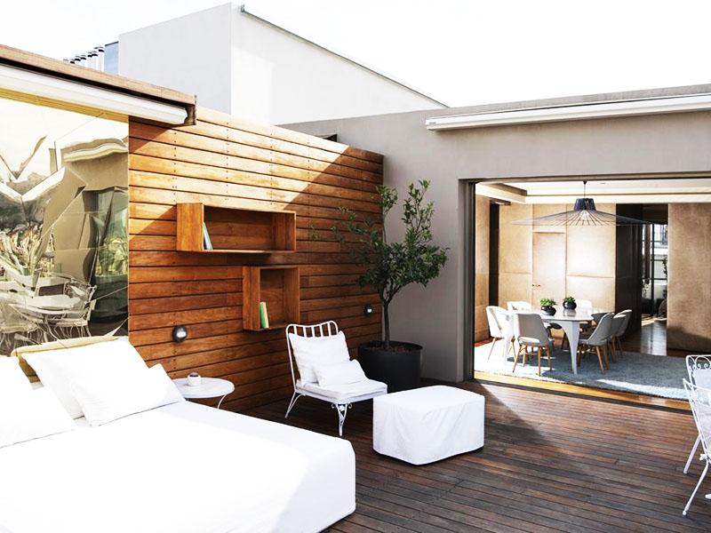 Белая мебель контрастирует с фактурными элементами из стекла и дерева