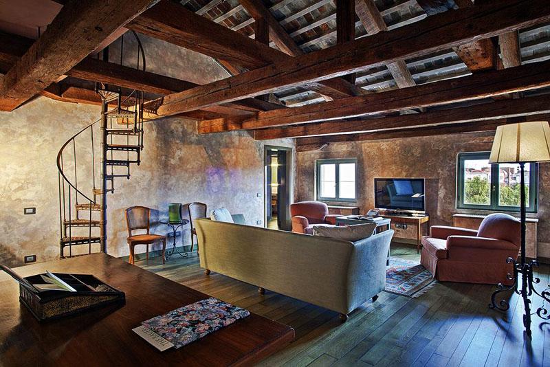 Главная особенность люкс-номеров – винтовая лестница и стулья в викторианском стиле