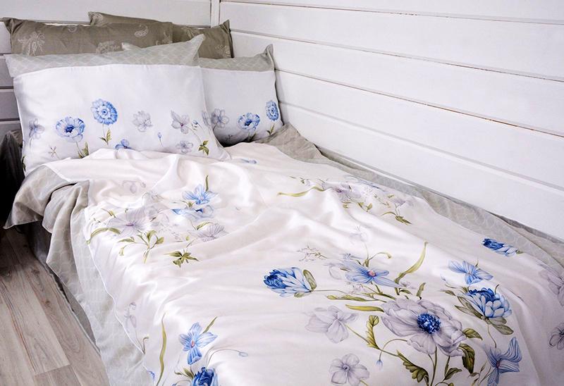 Вариант шелкового постельного с цветочным принтом