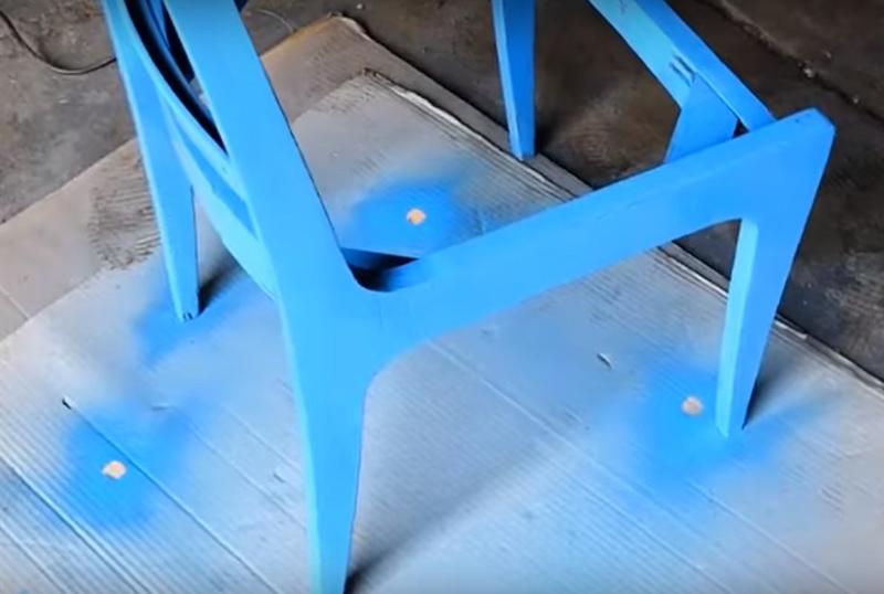 Прогрунтуйте и покройте каркас стула краской. Лучше использовать стойкие краски, которые не боятся влаги. Пахнут такие эмали обычно очень резко, так что лучше работать на открытом воздухе