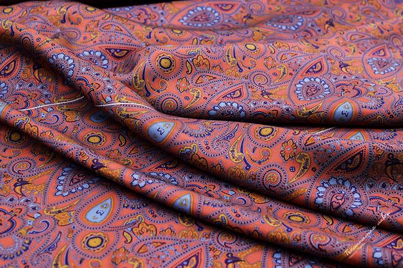 Смесовый шёлк стоит дешевле, чем натуральный, а изделия из него не теряют привлекательности и качества