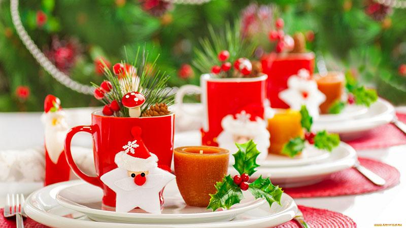 Перед началом трапезы каждую тарелку можно украсить чашкой, свечой и декоративной статуэткой