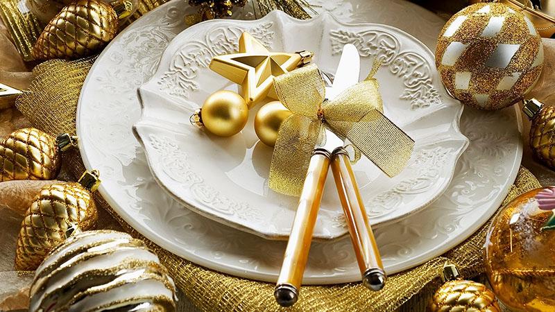 Оформление «под золото» отлично подходит для праздничного стола