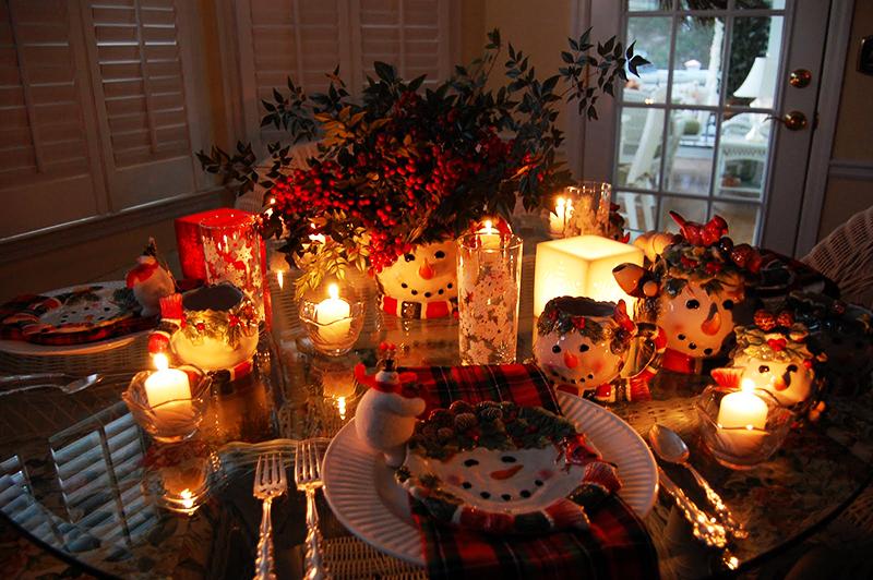 Чтобы стол выглядел ярко, рекомендуется использовать подсвечники разных форм и размеров