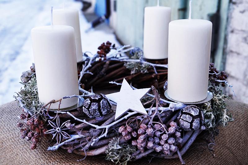 Свечи можно разложить на столе, или собрать в одном месте, поставив в красивый венок из шишек и морозных ягод