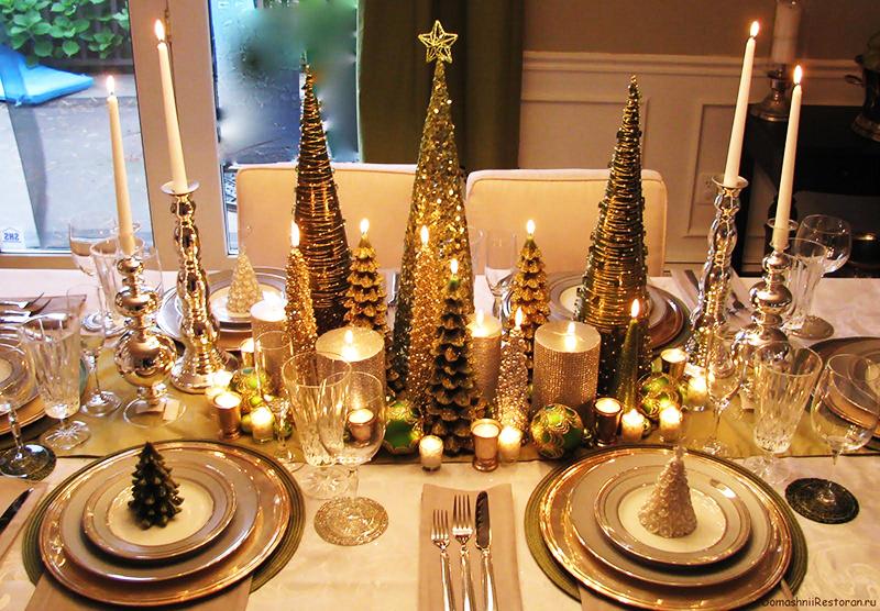 Декор из маленьких блестящих ёлок украсит даже самый простой стол