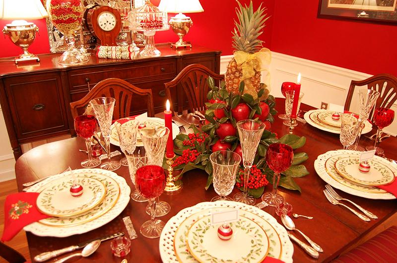 Ёлочные шарики можно разложить на тарелки, чтобы создать атмосферу праздника