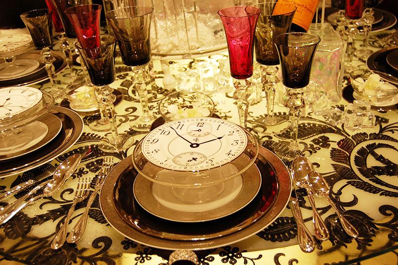 Необычная идея для оформления – циферблаты на тарелке