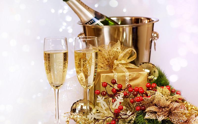 Чтобы отметить Новый год в стиле гламур, нужно приобрести красивые салфетки и посуду, подобрать дорогие, изысканные детали