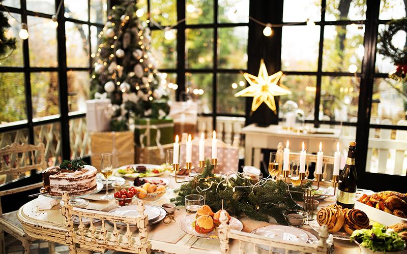 Атрибуты для экостиля – деревянные тарелки, красивые свечи, еловая ветка и булочки с корицей