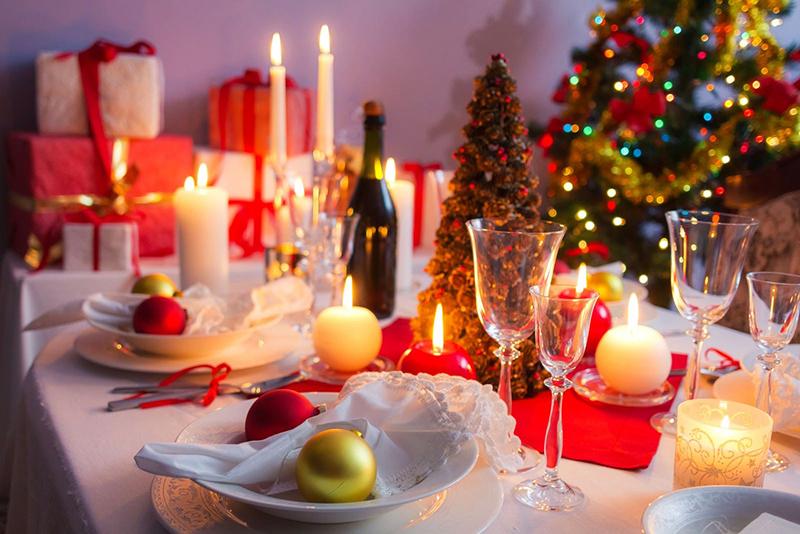 Небольшая ёлка в центре стола подойдёт для празднования в семейном кругу
