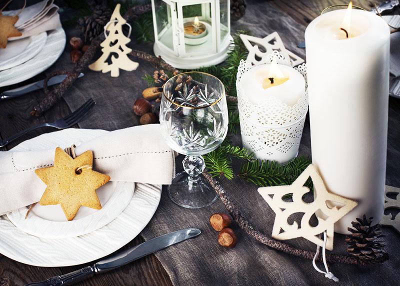 Серая скатерть, белые свечи и имбирные пряники – атрибуты Нового года в стиле хюгге