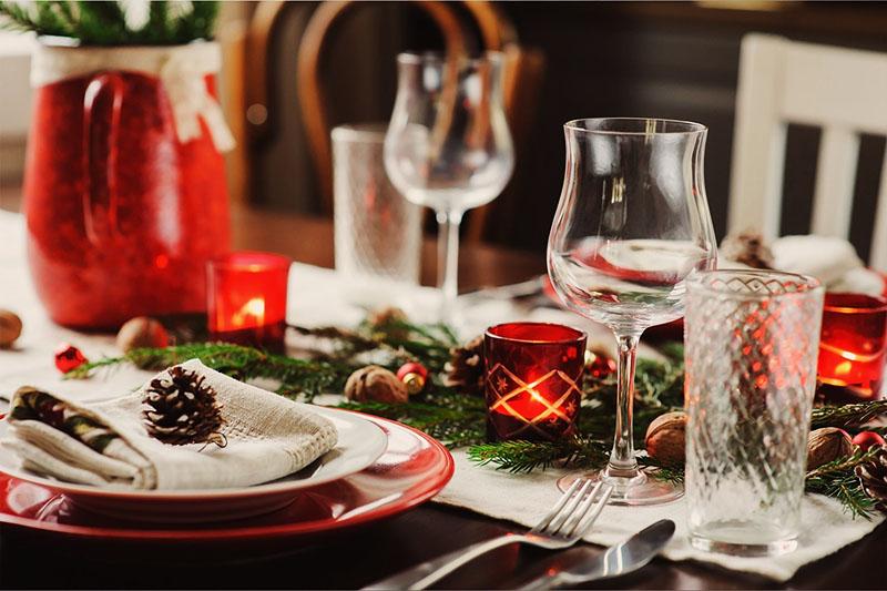 Чтобы стол не выглядел скучно, рекомендуется использовать стаканы и бокалы разных цветов и форм