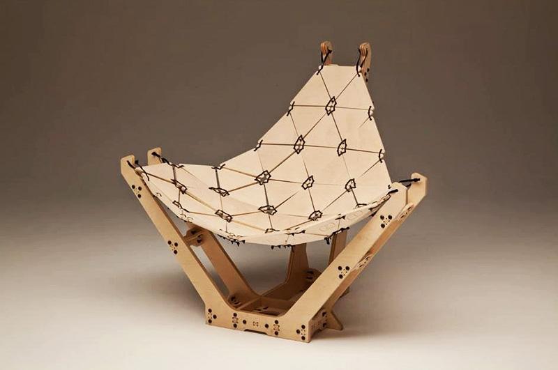 Дизайнерское кресло из множества элементов, скреплённых обычными шнурками