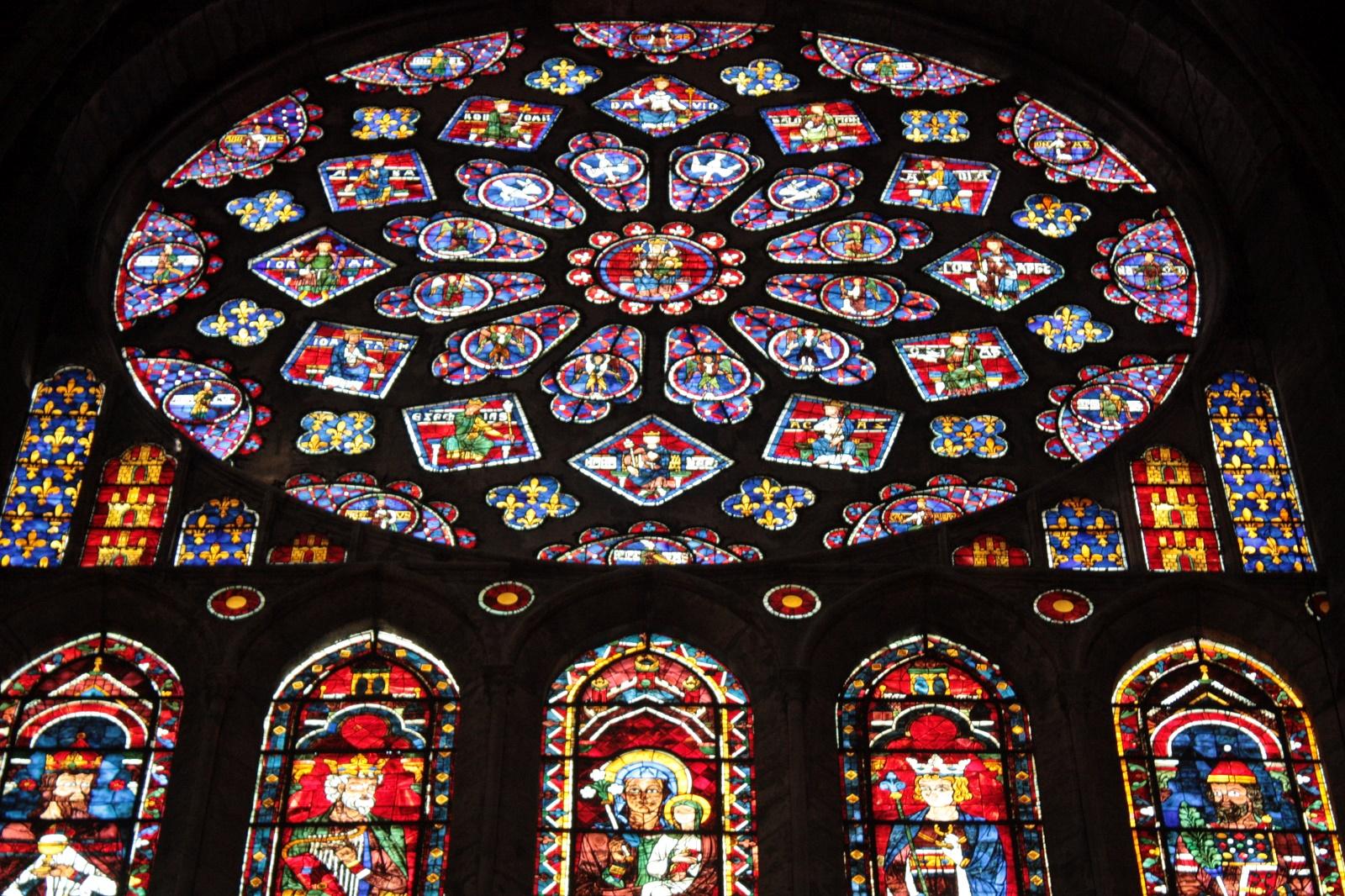 Сложные витражи с изображениями Святых – важнейшая особенность готического стиля