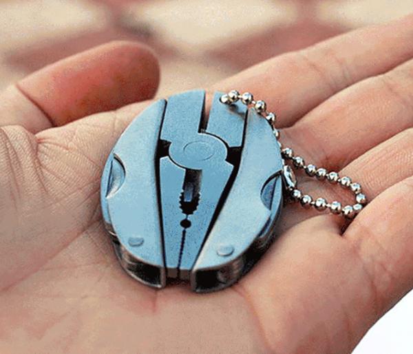 Металл крепкий, соединения прочные. Компактный инструмент, без проблем можно носить с собой на поясе или даже на связке ключей в виде брелока