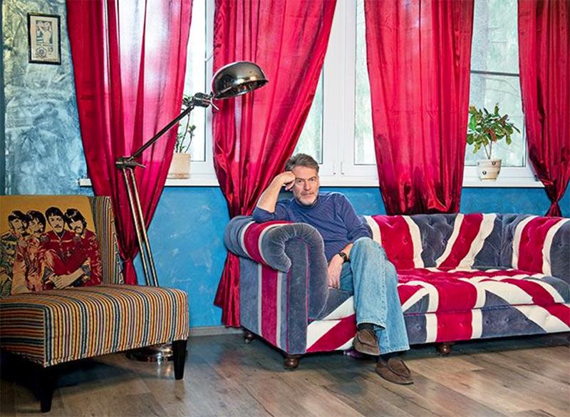 Яркие шторы идеально дополняют цветовую палитру гостиной