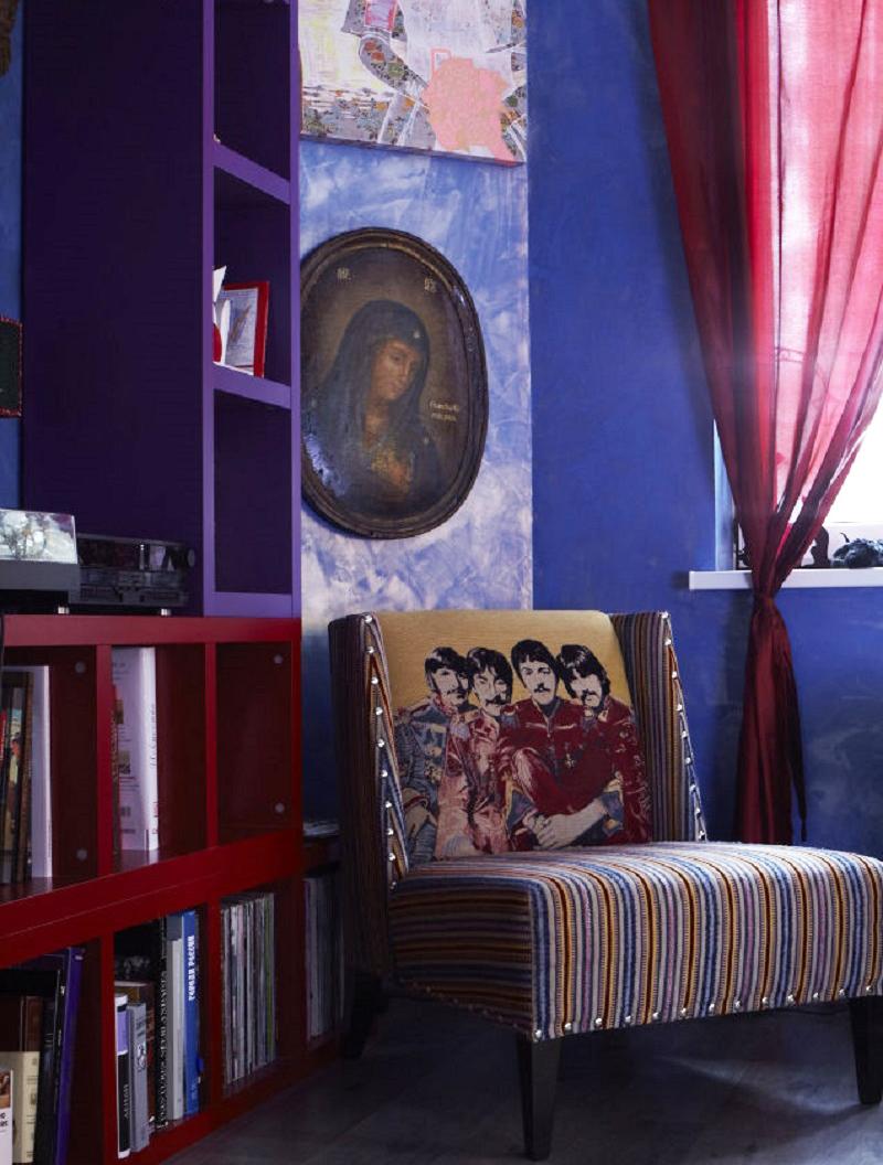 Стены гостиной украшают необычные картины