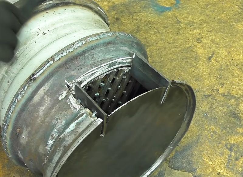 По периметру отверстия нужно закрепить металлические пластины, которые сформируют короб. На нём будет держаться дверца
