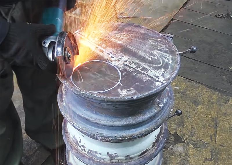 В верхней крышке буржуйки нужно вырезать болгаркой отверстие для выхлопной трубы, отмерив предварительно его по контуру