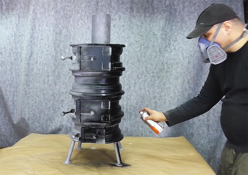 Наружную часть буржуйки лучше покрыть специальной термостойкой краской, которая выдерживает повышение температуры до 1000ºС. Хорошие результаты показывают краски Certa и Kudo, у этих брендов есть в продаже аэрозольные упаковки, что очень удобно