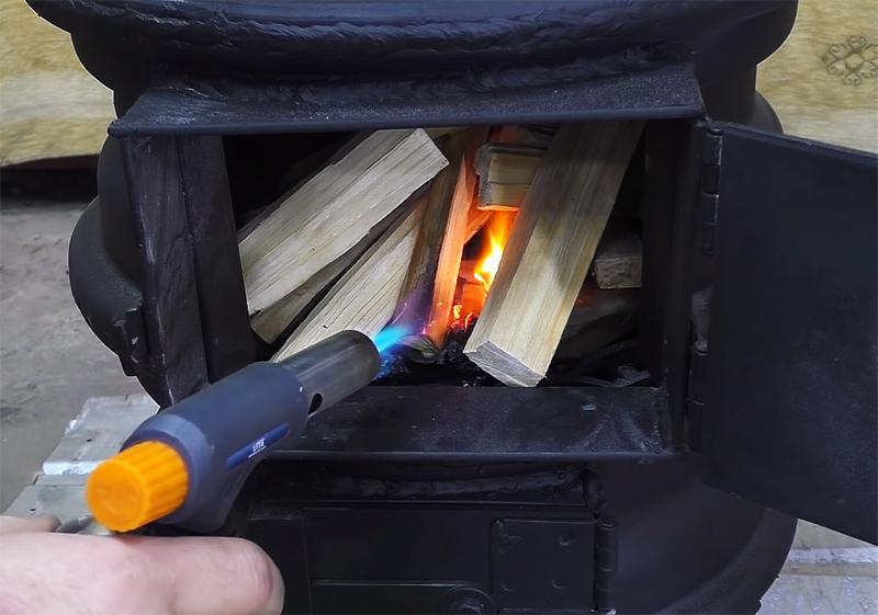 Ничего сложного: закладываете дрова и поджигаете, а поддувалом снизу регулируете горение