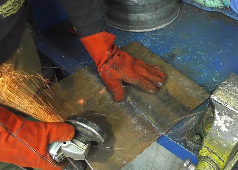 Ещё раз используйте срезанную крышку как шаблон и приготовьте два круга из металла для дна и верхней крышки буржуйки