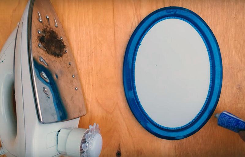 Подберите продолговатое зеркало такого размера, чтобы можно было наклеить его на подошву утюга. Кстати, найти такое тоже можно в Фикспрайсе. Приклеить зеркало к утюгу можно горячим или универсальным клеем