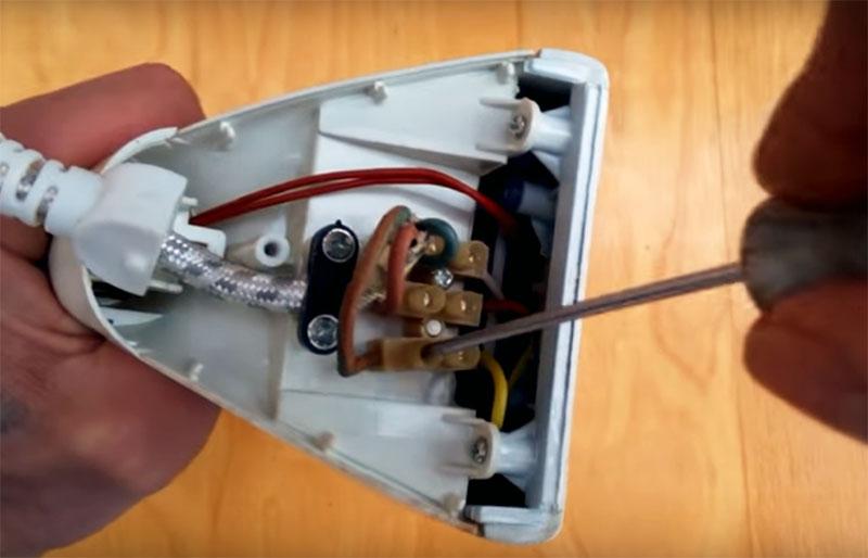 Контактную группу, в которой сходятся все провода, идущие от деталей прибора, нужно убрать. Безжалостно удалите всю проводку, которая идёт от нагревательных элементов