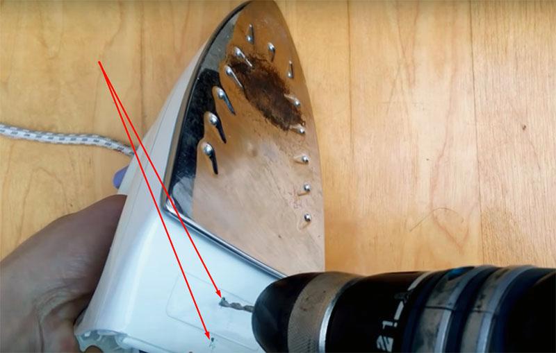 В корпусе утюга нужно просверлить или проплавить раскалённой спицей два отверстия. Расстояние между ними должно соответствовать расстоянию между дырками в стандартной розетке