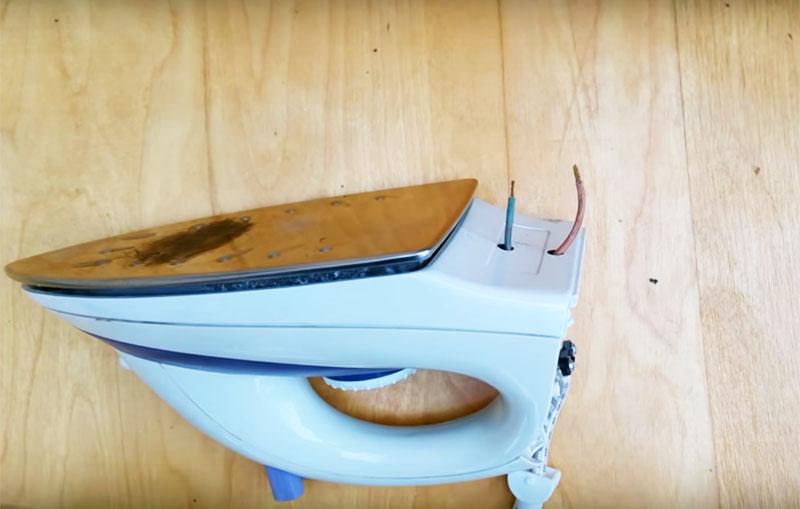 Выведите из этих отверстий проводку шнура утюга. Для этого очистите её от основной оплётки