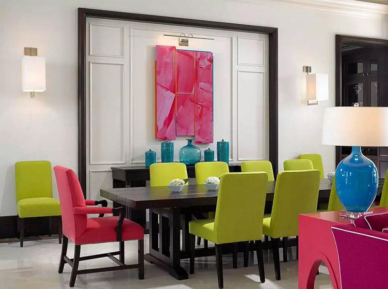 Оптимальное решение – добавить яркие детали, которые при желании можно заменить. Используйте цветные занавески, стулья, лампы и коврики