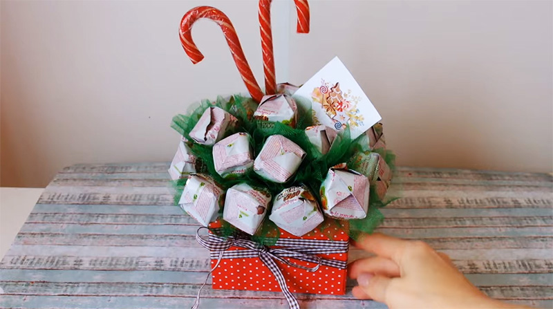 Сладкий подарок готов, а карамельные палочки выгодно оттеняют конфеты