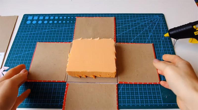 На дно укладывается и приклеивается кусок пенопласта или, как в этом случае, пеноплекса