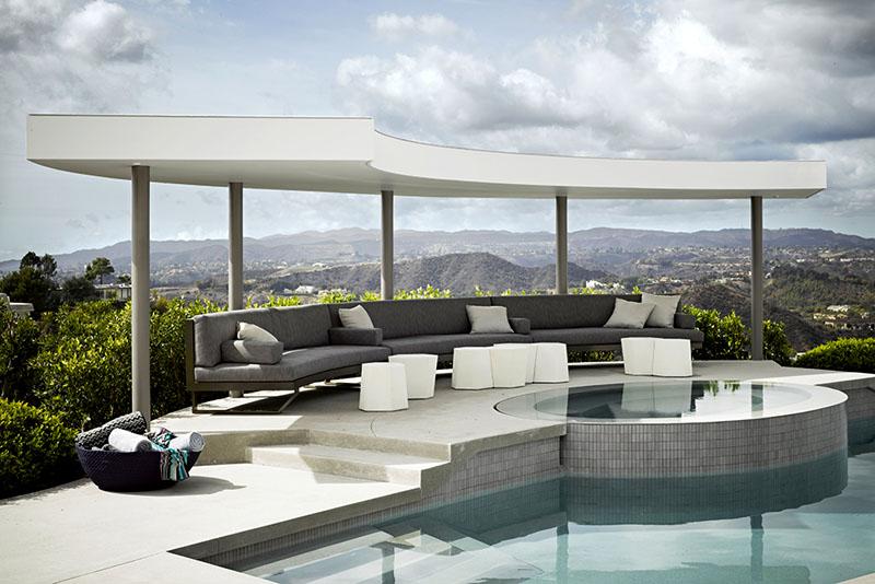 Гостиная выходит на потрясающую открытую площадку с бассейном
