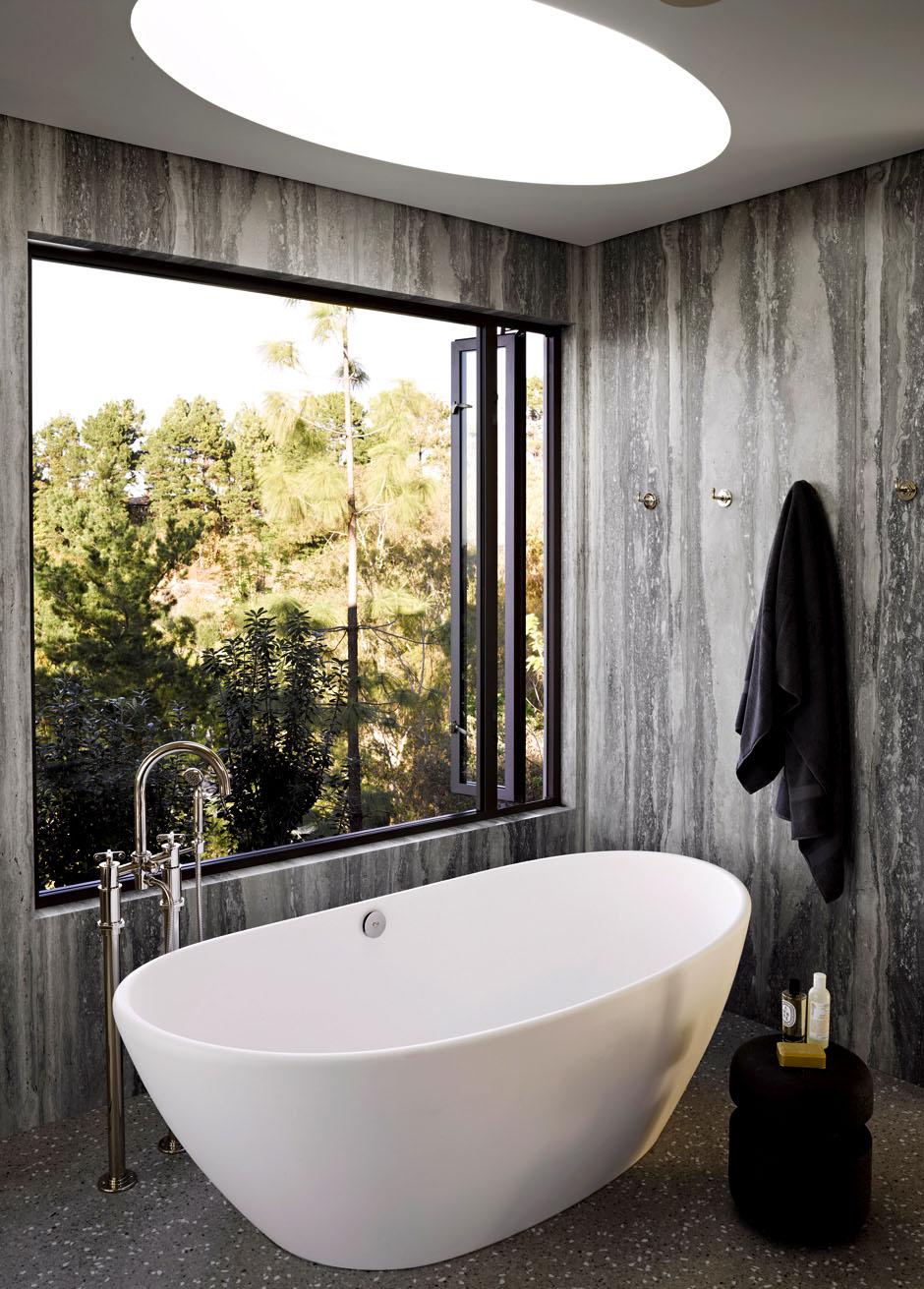 Современная ванная получила красивое панорамное окно