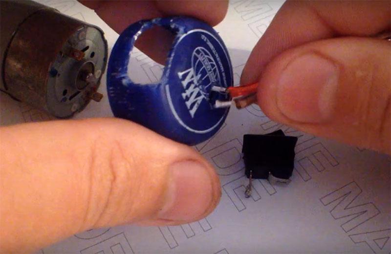 В пластиковой крышке нужно сделать ещё одно отверстие, через которое будет продет провод питания
