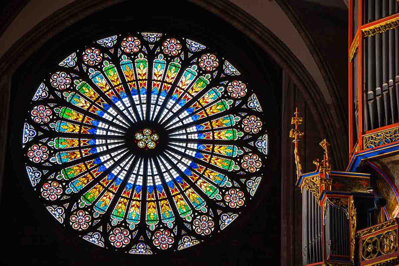 Витраж собора в Страсбурге выполнен в виде «розы»