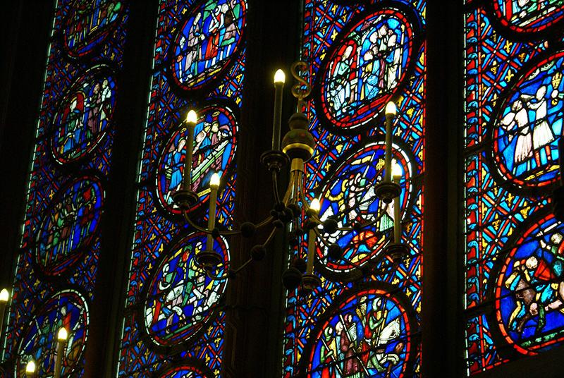Свет, проникая через цветные стёкла, создаёт красивую полутень в помещениях