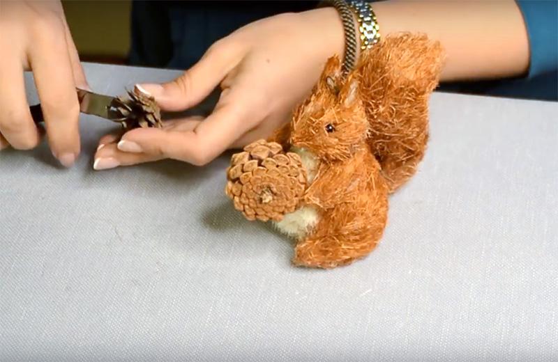 У белочки, на примере которой мы рассмотрели процесс сборки игрушки, должна быть шишка, жёлудь или орешек