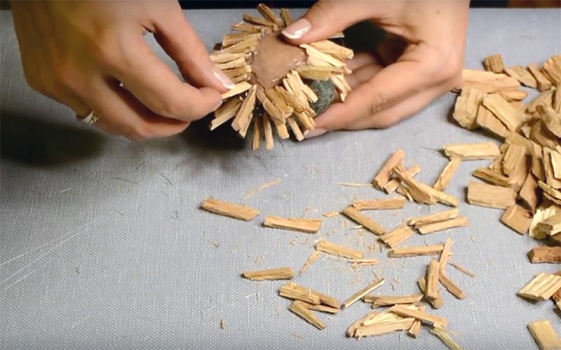 Если вы собрались делать ёжика, то приготовьте кусочки древесной коры. Расщепите её на тонкие палочки и наклейте их вместо иголок зверьку на спину, а переднюю часть оформите сизалем серого цвета