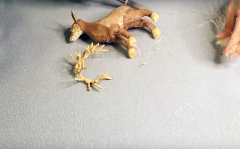Рога и копытца оленя оберните лыком, а потом покройте весь его корпус сизалевой шерстью
