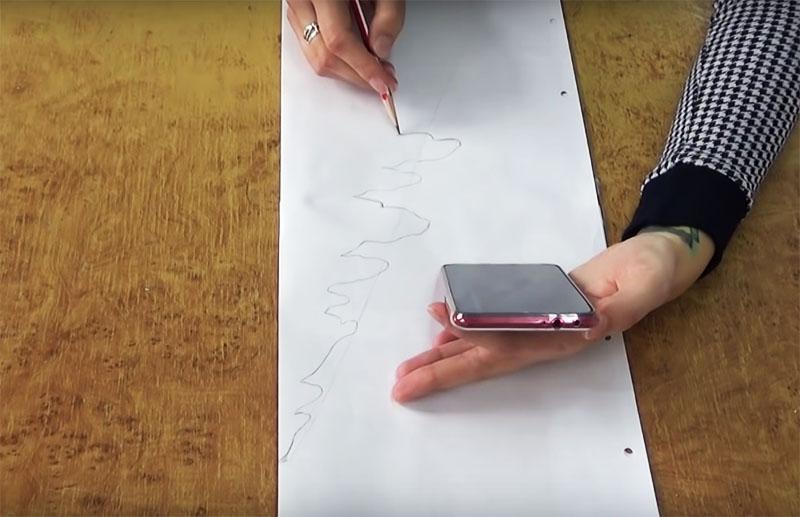 Для изготовления шаблона сложите большой лист бумаги пополам и нарисуйте на нём ветки. Не старайтесь делать слишком тонкие и мелкие детали, учтите, что все их придётся вырезать из пенопласта, а он может крошиться на слишком мелких частях