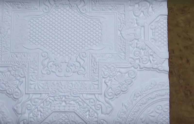 Обратите внимание, какие узорчатые кружевные детали автор использовала для изготовления декора. Они придадут украшению особый шарм, особенно, при ночной подсветке