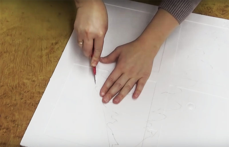 Перенесите рисунок на обратную сторону пенопластовой панели и канцелярским ножом вырежьте по контуру