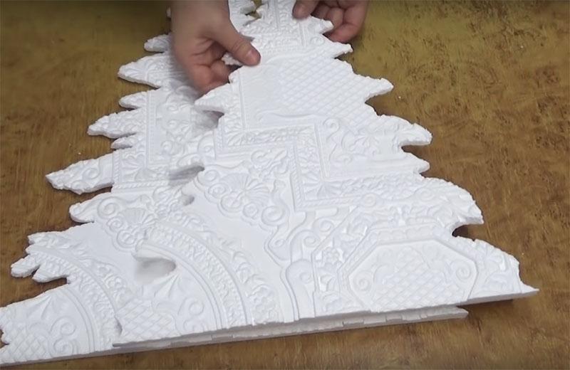 Соответственно, и пенопластовая деталь получится меньше. Вам потребуется 4 размера ёлок для полного декора