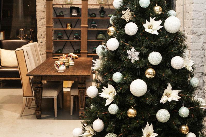 Такое сочетание очень удачно и по гороскопу, ведь мышь сама серая и в украшении вашей новогодней ели этот оттенок обязательно должен присутствовать